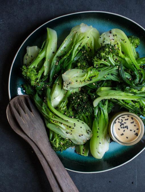 Salade tiède de brocolis et bok choys au tahini