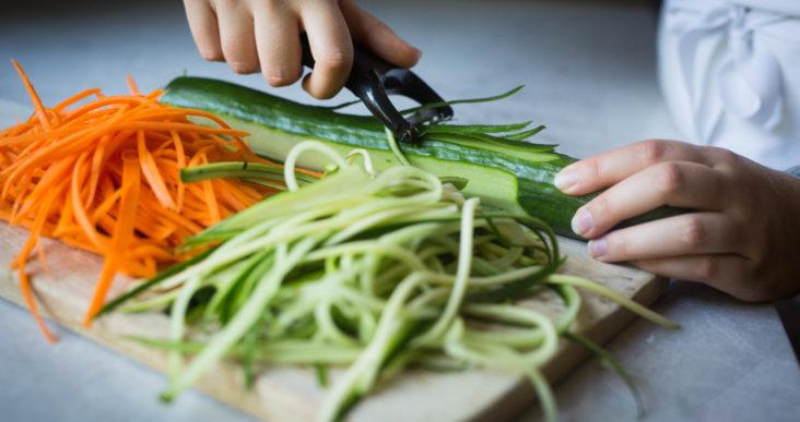 Faire de longues juliennes de légumes, c'est pas compliqué!