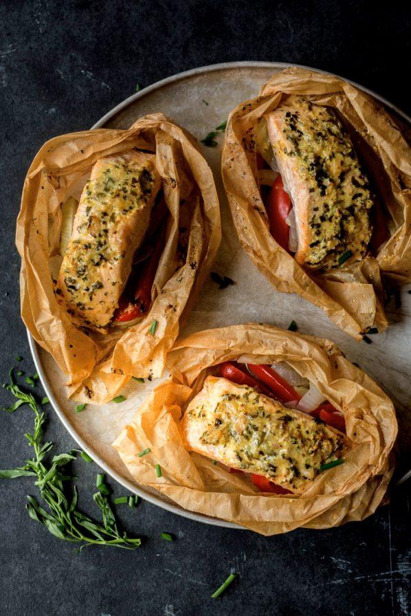 Papillote de saumon, légumes et salsa d'herbes