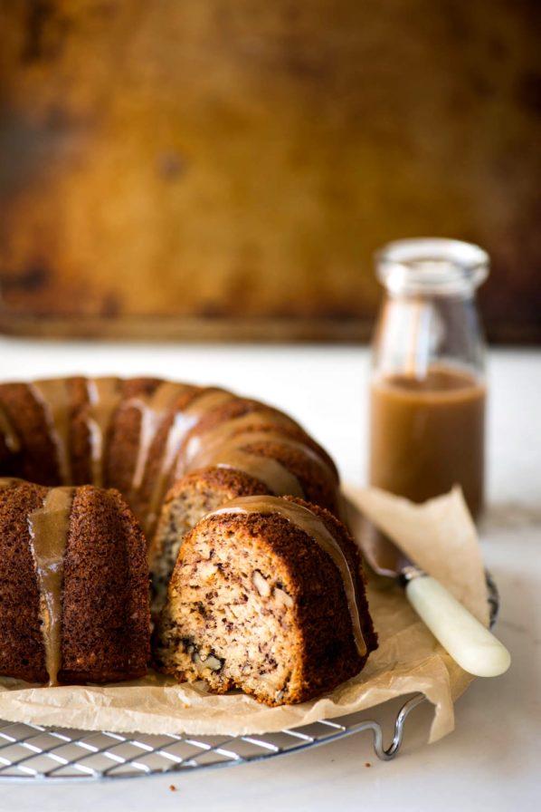 Gâteau aux bananes, sauce caramel express aux dattes