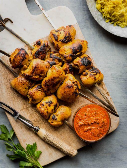 Brochettes de poulet sauce poivrons et amandes