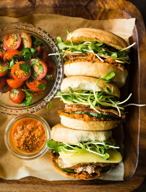 Sandwich de luxe au filet de porc, sauce romesco