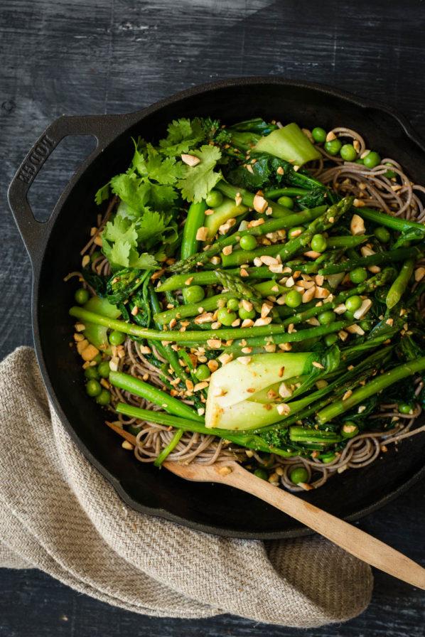 Nouilles soba aux légumes verts sautés
