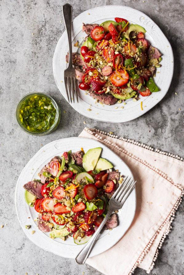 Salade de quinoa, fraises et boeuf grillé