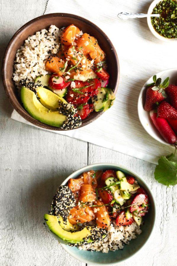 Poké bol de saumon, fraises et basilic