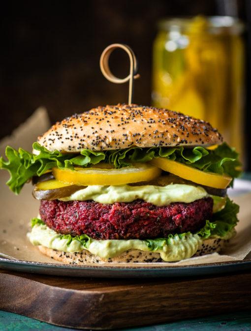 Végéburgers aux betteraves, mayo avocat-jalapenos