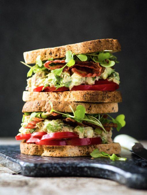 Sandwich à la salade de thon, pommes et avocats