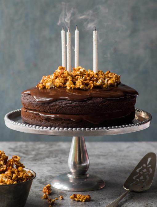 Gâteau de fête au chocolat et popcorn au caramel