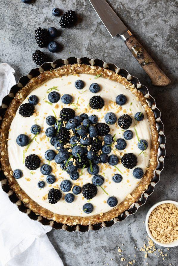 Tarte crémeuse à l'érable, bleuets et mûres