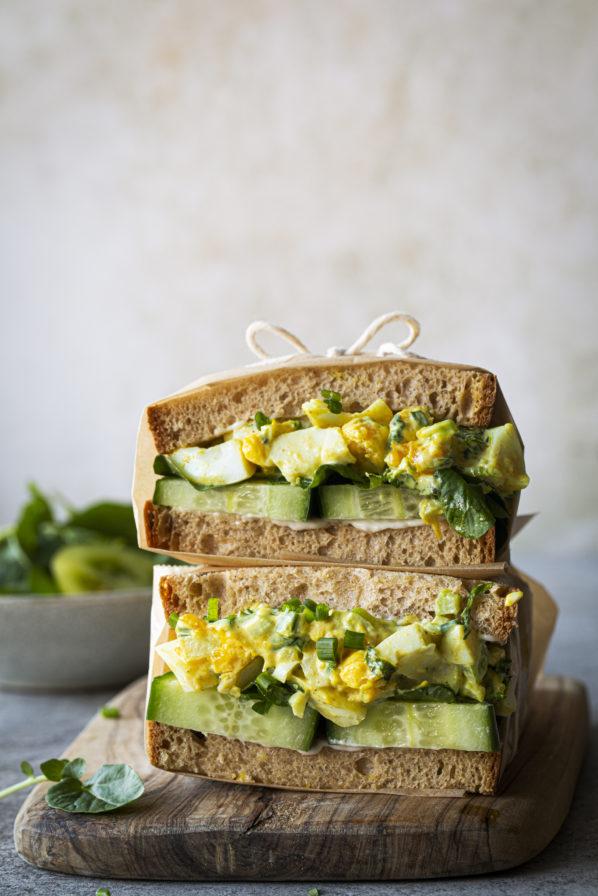 Sandwich aux oeufs, cari, herbes et citron