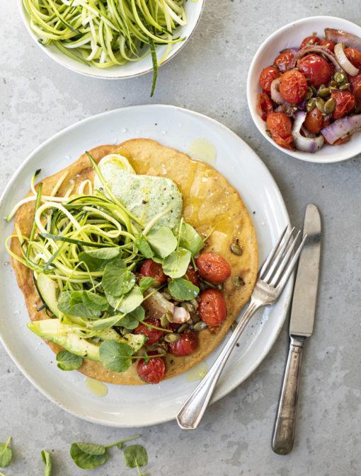 Socca et salade de courgettes et tomates au balsamique