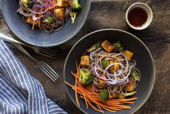 Nouilles soba au tofu et brocoli épicés