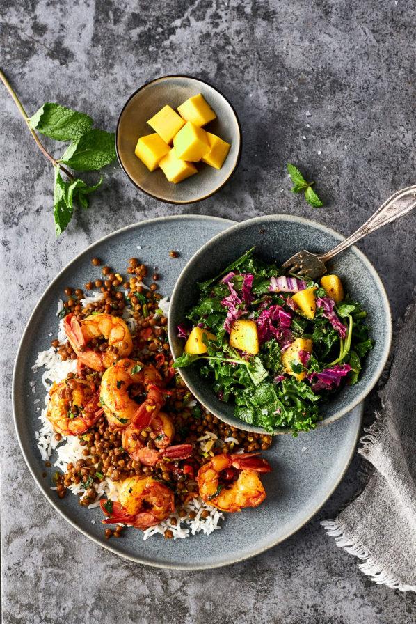 Sauté de crevettes et lentilles et salade à la mangue
