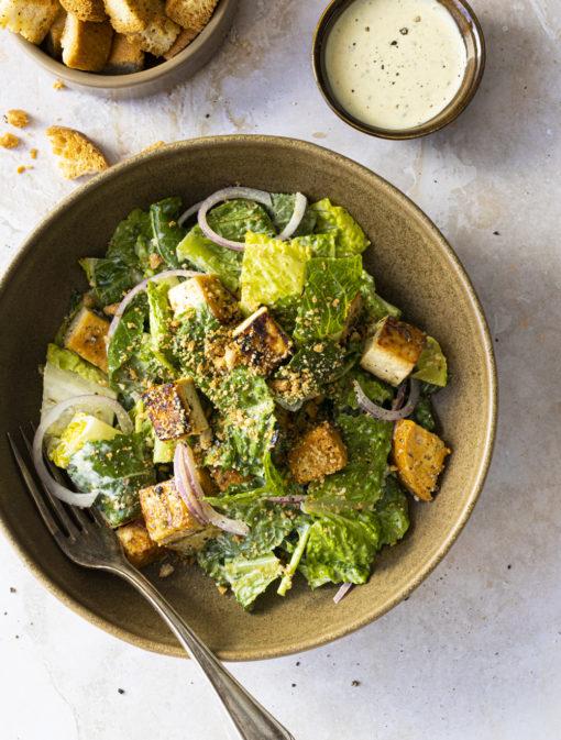 Salade César végée au tofu épicé