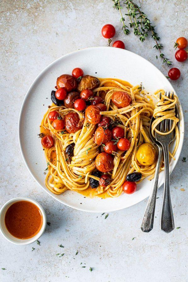Pâtes aux tomates confites, huile piquante orange et harissa